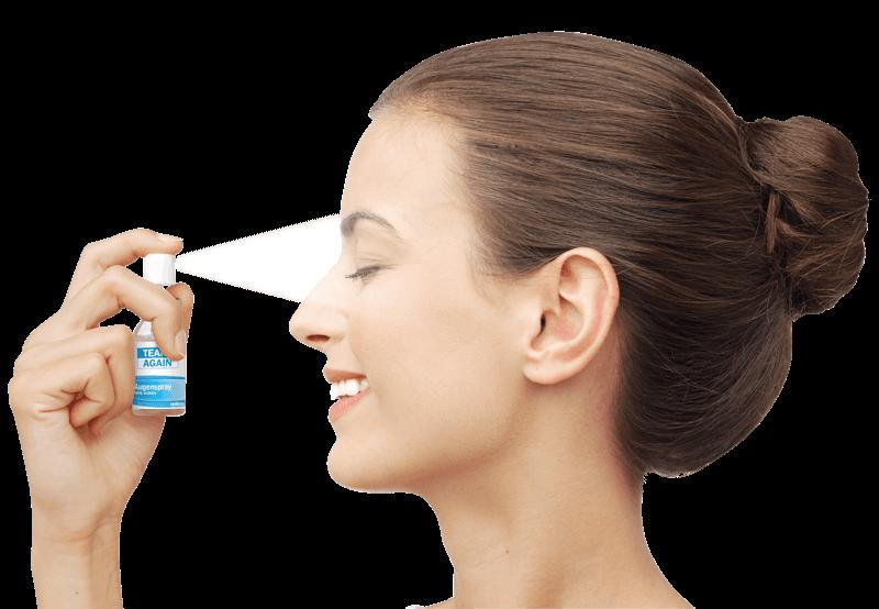 Frau sprüht TearsAgain Augenspray auf